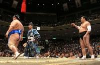 琴奨菊(左)に寄り切りで敗れ、取り組み後に待ったをアピールする日馬富士=東京・両国国技館で2017年9月12日、宮武祐希撮影