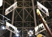 畳まれたままの満員御礼の垂れ幕=東京・両国国技館で2017年9月12日、宮武祐希撮影