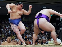 貴景勝(右)に押し出しで敗れる正代=東京・両国国技館で2017年9月12日、宮武祐希撮影