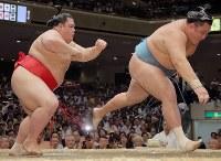 送り出しで玉鷲(右)を破る阿武咲=東京・両国国技館で2017年9月12日、宮武祐希撮影
