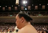 取り組みを土俵下で待つ日馬富士=東京・両国国技館で2017年9月12日、宮武祐希撮影