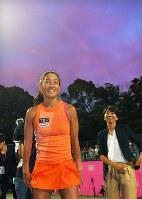 現役最後の試合の後で笑顔を見せる伊達公子。夕空には虹がかかっていた=有明テニスの森で2017年9月12日、手塚耕一郎撮影