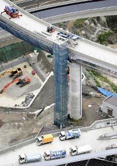 足場を解体中の男性作業員が転落した新名神高速道路の建設現場=大阪府箕面市で12日午前9時24分、本社ヘリから大西岳彦撮影