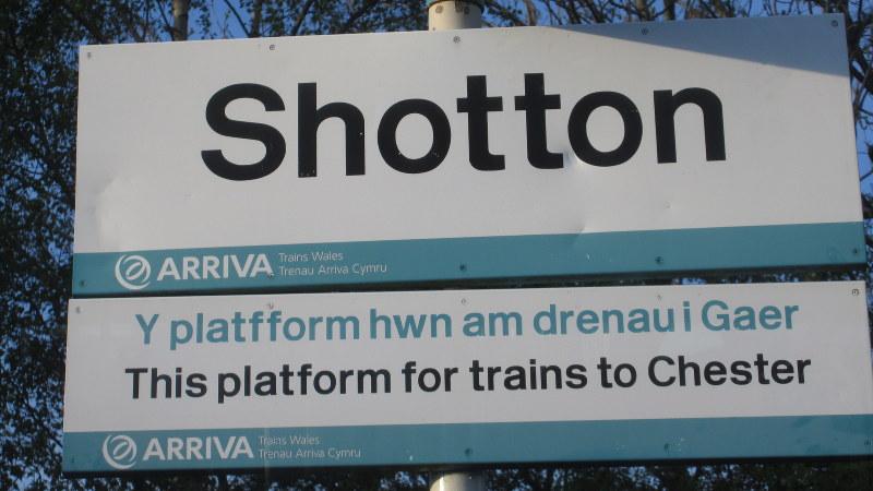 ウェールズの標識は英語とウェールズ語の併記。同じ内容とは思えないほど違う(写真は筆者撮影)