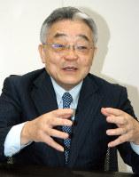 インタビューに応じる東入来信博会長=東京都港区の本社で、安藤大介撮影