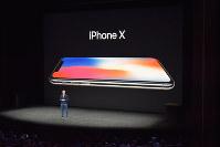 「iPhone(アイフォーン)X(テン)」を発表するアップルのティム・クックCEO=米カリフォルニア州で2017年9月12日、清水憲司撮影