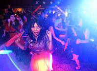 復活したマハラジャ祇園で踊る人たち=京都市東山区で2017年9月13日午後8時44分、小松雄介撮影