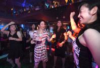 復活したマハラジャ祇園で踊る人たち=京都市東山区で2017年9月13日午後8時40分、小松雄介撮影