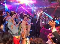 復活したマハラジャ祇園には舞妓たちも駆けつけた=京都市東山区で2017年9月13日午後9時36分、小松雄介撮影