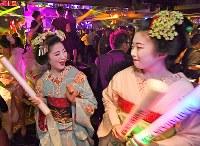 復活したマハラジャ祇園で踊る舞妓たち=京都市東山区で2017年9月13日午後9時33分、小松雄介撮影