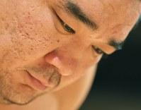取り組み前に静かに集中する日馬富士=両国国技館で2017年9月13日、手塚耕一郎撮影