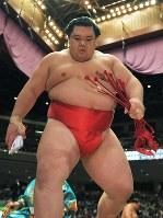 照ノ富士を破り、懸賞を手に土俵を下りる阿武咲=両国国技館で2017年9月13日、手塚耕一郎撮影