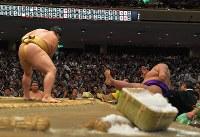 輝(左)に押し倒しで敗れ、土俵下に飛ばされる貴景勝=両国国技館で2017年9月13日、手塚耕一郎撮影