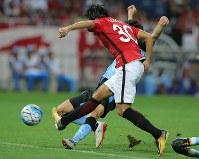 【浦和―川崎】前半、ゴールを決める浦和の興梠=埼玉スタジアムで2017年9月13日、宮武祐希撮影