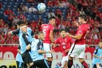 【浦和―川崎】後半、右CKに頭で合わせ、浦和のズラタン(右端)がゴールを決める=埼玉スタジアムで2017年9月13日、長谷川直亮撮影