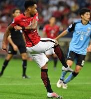 【浦和―川崎】後半、3点目のゴールを決める浦和のラファエルシルバ=埼玉スタジアムで2017年9月13日、宮間俊樹撮影