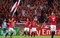 【浦和―川崎】川崎に勝利し、喜ぶ浦和の選手たち。左端は川崎の家長=埼玉スタジアムで2017年9月13日、長谷川直亮撮影