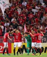 【浦和―川崎】川崎に勝利し、喜ぶ浦和の選手たち=埼玉スタジアムで2017年9月13日、長谷川直亮撮影