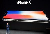 アップルが発表した新製品「iPhone(アイフォーン)Ⅹ(テン)」=米カリフォルニア州で2017年9月12日、清水憲司撮影