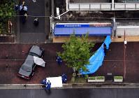 射殺事件があった現場付近を調べる捜査員ら=神戸市長田区で2017年9月12日午前11時26分、本社ヘリから