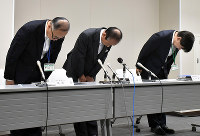 記者会見で頭を下げる香川県三木町の筒井町長(中央)ら=同町内で、山口桂子撮影
