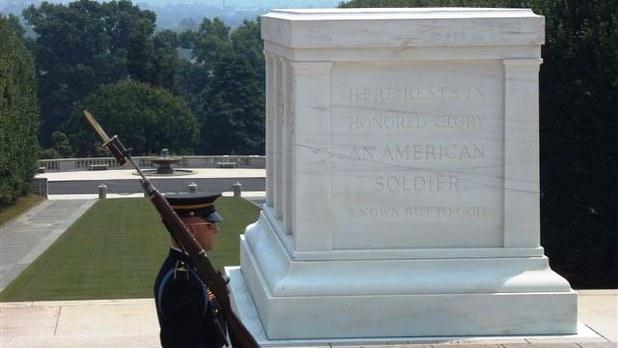 米国のアーリントン国立墓地にある「無名戦士の墓」=2006年8月7日、及川正也撮影