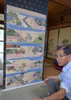 福島正則が北信濃を統治した様子を描いた掛け軸を見る高井寺の小野澤住職=高山村で