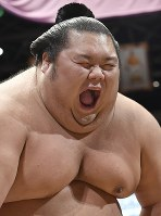 【大相撲秋場所5日目】取り組み前に気合いを入れる千代丸=東京・両国国技館で2017年9月14日、藤井達也撮影