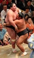 【大相撲秋場所5日目】松鳳山(右)が寄り切りで照ノ富士を破る=東京・両国国技館で2017年9月14日、長谷川直亮撮影