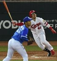 【広島―DeNA】三回裏広島2死三塁、松山が左前適時打を放つ(投手・今永)=マツダスタジアムで2017年9月14日山崎一輝撮影