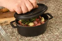 小さい鍋にニンニク、塩、ローズマリー、砂肝、粒コショウを入れ、オリーブ油をひたひたになるまで注ぐ=根岸基弘撮影