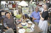 「心は目で見えない。話してみないと分からない」。原発事故で避難を余儀なくされた掛田孝子さん(左)と談笑する吉田まさ子さん(右)はそう考えている=福島県いわき市の「かべや文庫」で2017年9月6日、丸山博撮影