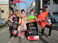 JR新小岩駅(葛飾区)周辺で街頭宣伝する澤宗紀さん(右)。左から2人目は女形の親方、吉野繁さん