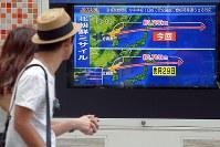 北朝鮮のミサイルが日本上空を通過したことを伝える街頭テレビ=東京都千代田区で2017年9月15日午前10時3分、渡部直樹撮影