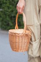 ふたがついていて、中身が見えないようになっているかごバッグ=日本ファッション協会提供