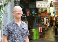 「蔭の棲みか」の舞台となった鶴橋の商店街を歩く、作家の玄月さん=大阪市東成区で、菅知美撮影