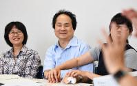 通訳者から指点字を受けながら講義を行う福島さん(中央)=東京都目黒区の東京大学先端科学技術研究センターで2017年6月22日、中村藍撮影
