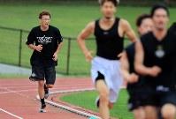 「若い時は顔を作っていられたんですがね。今は、ついて行くのに一生懸命です」。がむしゃらに最後まで練習する折茂選手=札幌市厚別区で2017年7月20日、梅村直承撮影