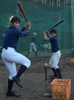 慶大での野球生活まで見据えて野球に打ち込む選手。左から副主将の森野、主将の新美貫太=浅妻博之撮影
