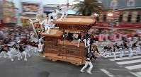 A Danjiri festival float dashes ahead early in the morning, in Kishiwada, Osaka Prefecture, on Sept. 16, 2017. (Mainichi)