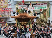 A Danjiri festival float dashes ahead in spectacular fashion early in the morning, in Kishiwada, Osaka Prefecture, on Sept. 16, 2017. (Mainichi)