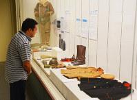 新たに寄贈された軍服など戦争に関わりのある資料が展示されている=大阪府泉佐野市市場東1の「歴史館いずみさの」で、井川加菜美撮影