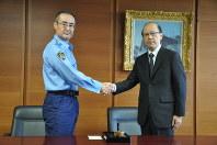 沖田芳樹・前警視総監(右)と握手する吉田尚正・新警視総監=千代田区で