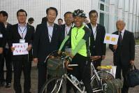 自転車で到着し、前田康吉市長らの歓迎を受ける栗原茂実さん=滝川市役所で