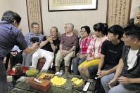 おしゃれをした106歳の楊ずいさん(右から5人目)。ピアスが輝いていた=台北市で、鎌田實さん提供