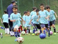 サカイク主催のキャンプでサッカーの練習に励む子どもたち=サカイク提供