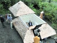完成した「低過庵」。屋根が開閉できる仕組みになっている=長野県茅野市宮川高部で