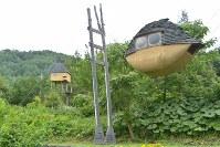 藤森照信さんが作った「空飛ぶ泥舟」(右)と「高過庵」。この一角に「低過庵」が作られた=長野県茅野市宮川高部で2017年7月5日、宮坂一則撮影