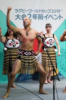 ラグビーW杯大会2年前イベントで披露されるニュージーランドのマオリ族の伝統舞踊「ハカ」=東京都千代田区で2017年9月18日午後1時、小出洋平撮影