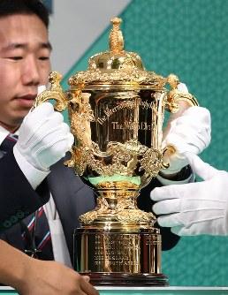 ラグビーW杯大会2年前イベントで披露される優勝トロフィー「ウェブ・エリス・カップ」=東京都千代田区で2017年9月18日午後1時16分、小出洋平撮影
